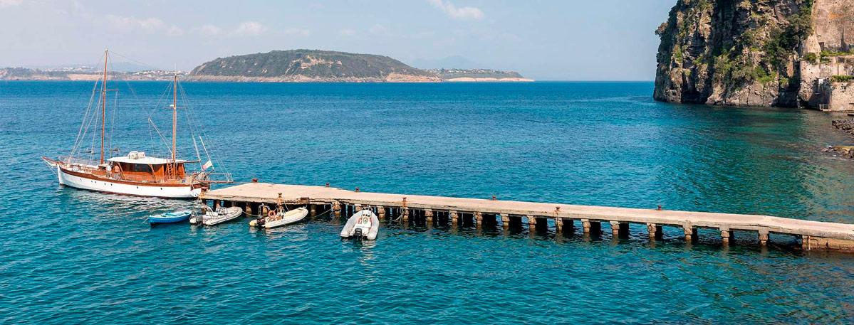 Il pontile di Ischia ponte immerso nel mare blu